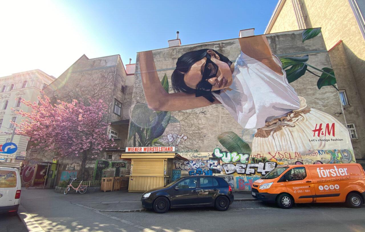 H&M-Werbung als Graffiti auf einer Hauswand