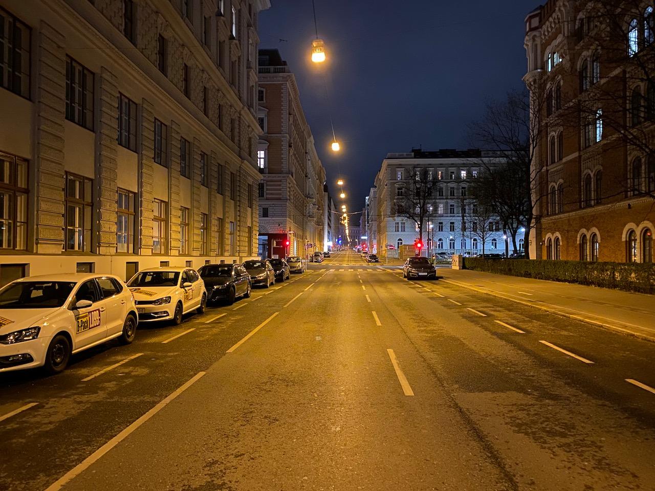 Menschenleere Straße in Wien am 21.3.2020 während der Coronapandemie